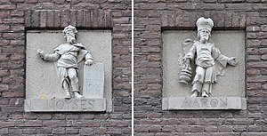 Mozes en Aäronkerk - Gable stones of Moses (left) and Aaron (right) at Jodenbreestraat.