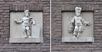 Mozes en Aäronkerk - Gable stones of Moses (left) and Aaron (right) at Jodenbreestraat.