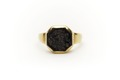 Slät ring av guld med åttsidig, svart sten - Skoklosters slott - 92274.tif