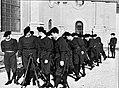 Soldaten in excercitie-tenue zetten hun geweren in rotten, Bestanddeelnr 191-1314.jpg