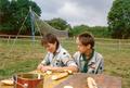 Sommerlager des Pfadfinderstammes Ägypten bei Ouroux (Morvan), Frankreich, 1989 - Frühstück.png