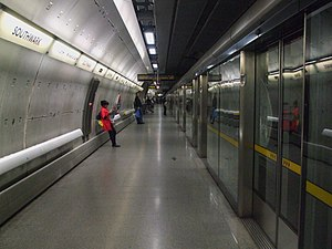 Southwark tube station - Image: Southwark stn westbound look east