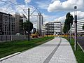 Straßenbahngleise auf der Berliner Allee in Düsseldorf mit Tucht-Insel und Dreischeibenhaus.jpg