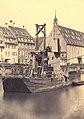 "Strasbourg, Bateau atelier ""Le Rhin"" devant l'église Saint-Jean, vers 1880.jpg"