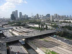 צילום אווירי של תחנת הרכבת והכבישים הסמוכים לה