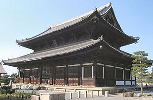 Il padiglione principale del tempio Tofuku-ji a Kyoto. Seppur costruito, nel 1236, secondo i voleri di Fujiwara Michiie patrono Enni Ben'en, come luogo di pratica Tendai, Shingon e Zen, divenne presto un tempio della scuola Zen Rinzai e risulta oggi il tempio Zen più antico del Giappone.