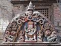 Torana en bois polychrome (Bhaktapur) (8555632938).jpg