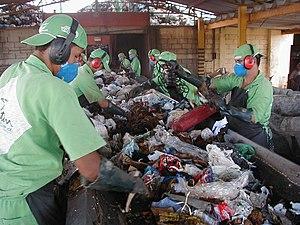 Triagem manual de lixo para reciclagem