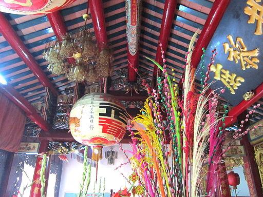 Trong chùa Bang