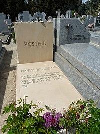 Tumba de Wolf Vostell, cementerio civil de Madrid 01.jpg