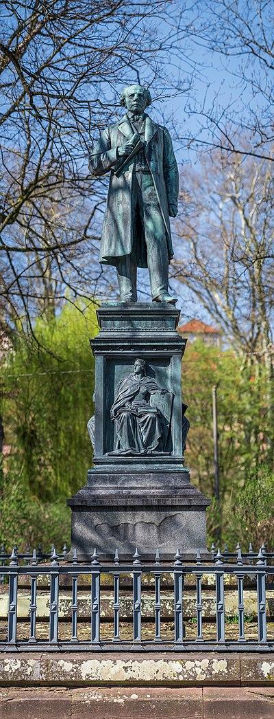 Uhlanddenkmal im Frühling 2021 in Tübingen.jpg