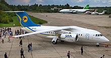 Un Antonov-An-148-100B nella livrea attuale dell'Ukraine International Airlines
