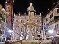 Verona Piazza delle Erbe Madonna bei Nacht 2.jpg