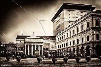 Versione in bianco e nero del Teatro Carlo Felice.jpg