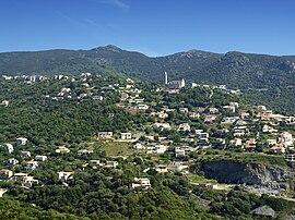 La eklezio de Santa Lucia kaj la ĉirkaŭaj konstruaĵoj, en Ville-di-Pietrabugno