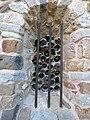 Vue extérieure d'un vitrail de la chapelle ND de Pépiole.jpg