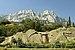 Widok na szczyt Aj-Petri z dziedzińca pałacu w Ałupce.JPG