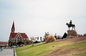 La statue du cavalier du Sud-Ouest (Reiterdenkmal/Rider Memorial) et l'église luthérienne