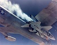 Le X-15A-2 avec sa couche d'isolant et ses réservoirs externes, sous l'aile du B-52 d'emport
