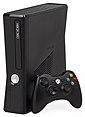 Esquerda: Xbox 360 Elite, Centro: Xbox 360 S e controlador de novo estilo, À direita: Xbox 360 E e controlador de novo estilo
