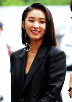 Yoon Bo-ra going to a Hit The Stage recording in July 2016 01.png