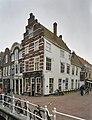 Zicht op voorgevel en rechterzijgevel op een hoekpand vanaf brug - Delft - 20389953 - RCE.jpg
