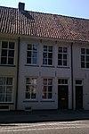 foto van Pand met lijstgevel, bedorven door modern verdiepingsvenster