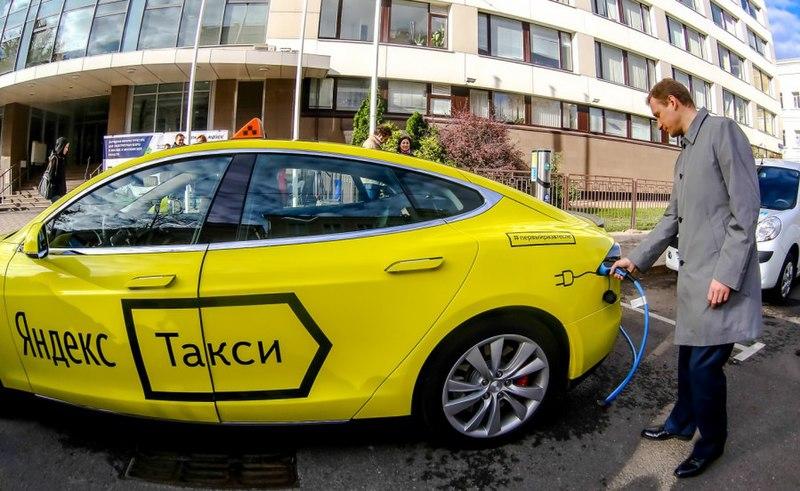 Автомобиль Tesla (Яндекс.Такси) в процессе зарядки