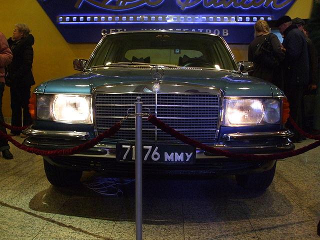 Автомобиль из фойе кинотеатра «Октябрь» (Москва); копия автомобиля Высоцкого. В рамках промоакции к прокату фильма «Высоцкий. Спасибо, что живой»