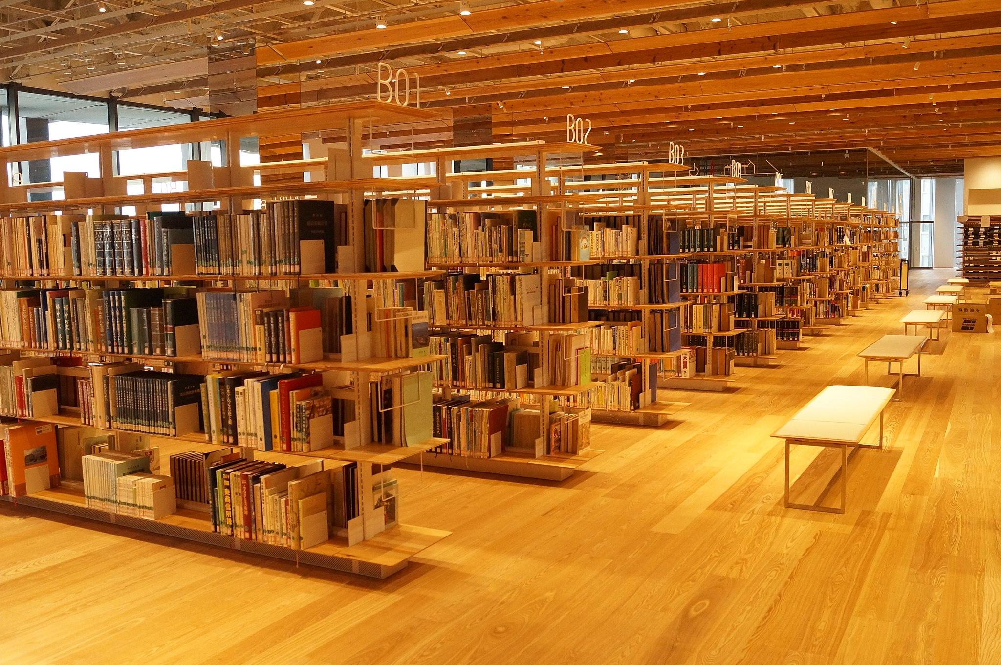 富山市立図書館開架書架