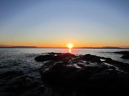 観音崎から眺めた日の出(横須賀市) - panoramio.jpg
