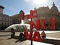 009 Piazza Raffaele De Ferrari (Gènova), logotip de la ciutat, al fons la font i la Borsa.jpg