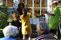200m07v Ausstellung WasserKunst Zwischen Deich und Teich, Kuratorin Dagmar Brand überreicht Charlotte von Klitzing für Victor Jürgen von der Osten (Stiftung Edelhof Ricklingen) einen Blumenstrauß.jpg