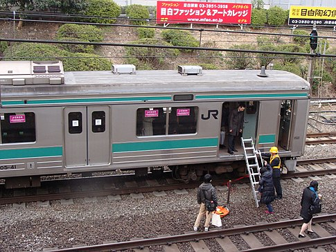 Stranded passengers evacuate from a Tokyo train. Image: 多摩に暇人.