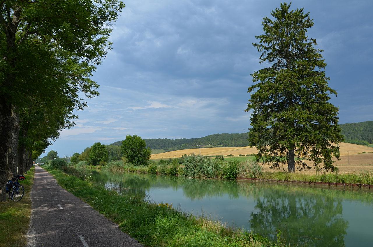 Le canal entre Champagne et Bourgogne.  (définition réelle 4743×3141)