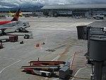 2018 Aeropuerto El Dorado de Bogotá - Aviones en el muelle nacional.jpg