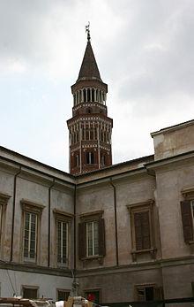 Il Campanile della Chiesa di San Gottardo in Corte, unico elemento sopravvissuto riconducibile all'antico stile gotico del palazzo medioevale