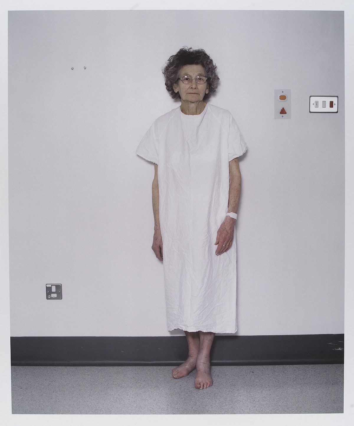 hospital gown - Wiktionary