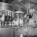 Afvulmachine aan de lopende band waar de melkflessen worden gevuld, Bestanddeelnr 252-9072.jpg
