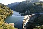 Opplagra vatn bak ein demning har ein potensiell energi som kan omdannast til elektrisk energi. Bildet viser Amagase-demningen i Japan