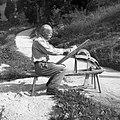 """Andrej Ogrič, Vojsko (Vogalce), pri Štefanu, na reziunem stolu """"štosa doge"""" za škaf 1959.jpg"""
