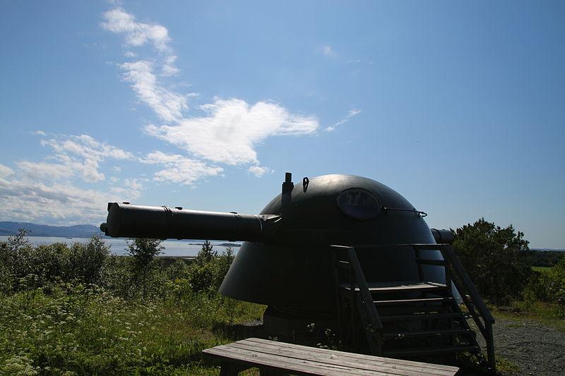 File:Austrått Fort - 10,5 m langer stereoskopischer Entfernungsmesser (5930651113).jpg