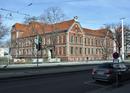 Gemeindeschule IVa/b mit Turnhalle, Schulhof, Vorgärten und Umwegung
