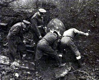 Bomb disposal - A bomb disposal team in 1940.