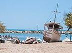 Botes de pesca aparcados en el rompeolas de La Guardia.JPG