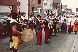 Breugelfanfare - 1980 - serenade aan het huis van een communicant (eerste communie).jpg