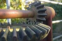 Конические зубчатые колеса в приводе задвижки дамбы.