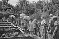 Brug bij Ladjan Bij Ladjan werd door de genie uit Salatiga een Baileybrug geleg, Bestanddeelnr 443-2-5.jpg
