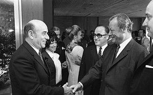 Artur Brauner - Artur Brauner (left) shaking hands with Willy Brandt (1971).