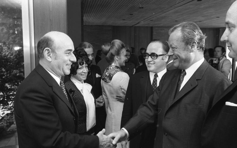 Artur Brauner (po lewej) wita się z Willym Brandtem